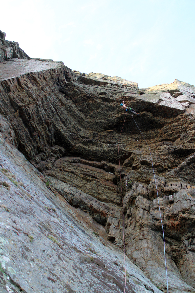 Nearly across the roof on Nightstalker E8/9 6c), Craig Dorys © Benno Wagner