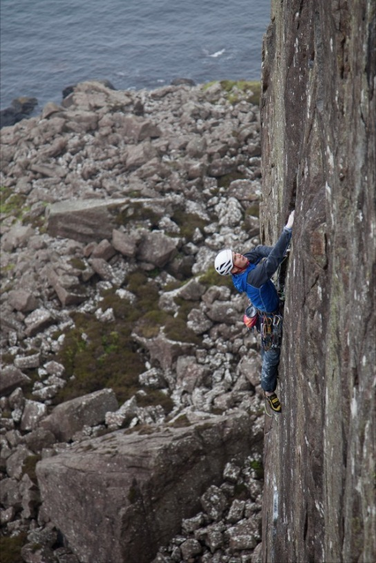 Ed Booth onsighting Way of the Jive Monkeys, E7 6b, Fairhead © Rob Greenwood