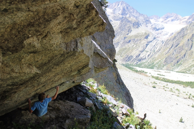 Bouldering in the Ailefroide Valley © Ben Grounsell